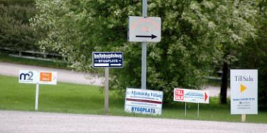 En allt vanligare syn i Bollebygd. Lediga hus till salu. En och annan fastighet byter ägare men de flesta skyltarna gäller nybyggda villor.