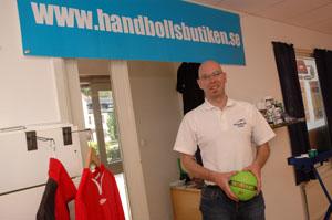 Hit till butiken i Olsfors bjuder Niklas Löf in handbollsföreningar från hela landet.