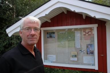 Kjell Eriksson kläckte idén om vandringslederna i Gesebol. Här framför den anslagstavla som ska hjälpa besökarna med den information som behövs.
