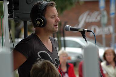 Bilden på Niklas Anderssonär tagen sommaren 2005 i samband med en radiosändning från torget i Bollebygd. Det var Sveriges RadioP4 Sjuhärad som spred nyheter och musik från Gästgivartorget i Bollebygd.