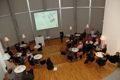 Företaget Fagerhult Retail AB bjuder besökarna spännande arkitektur. Långt därnere står ambassadör Girardo och informerar om sin verksamhet i USA och Sverige.