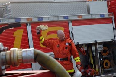 Övning och klädd i full brandmannamundering - då blir det varmt.