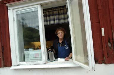 Lil-Britt Andersson svarade för att besökarna hade tillgång till rena rama restaurangköket.