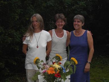 Författaren Kicki Lundgren, illustratör Lotta Corell i mitten och förlagsdelägaren Barbro Holgersson till höger i bild. Bilden tagen vid trions releaseparty den 8 augusti.