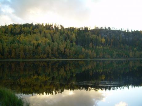 Sjön är som en spegel.