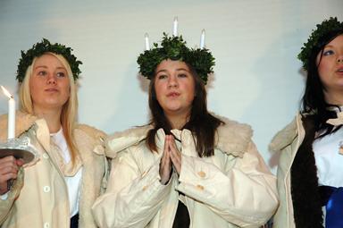 Isabelle Svensson, årets Lucia,minikröntes av sin egen mamma på julmarknaden.
