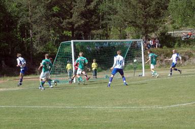 Här är första bollen på väg in i mål. 1-0 för BIF genom Tommy Johansson.