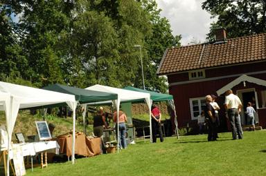 Hantverkarna höll till både utanför och inne i Åsenstugan i Hembygdsparken