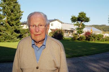 Holmer Alfredsson med företaget Alfredssons Blommor i bakgrunden.