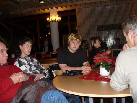 Oroliga elever och föräldrar lyssnade i cafeterian.