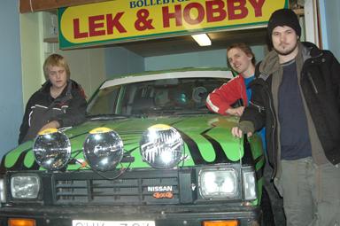 Mattias Skoog, Martin Klar och Niklas Rosander vid sin NIssan king cab som ska ta dem till Bamako i Mali.
