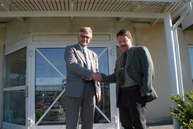 Kommunalrådet Christer Johansson hälsar Lennie Johansson välkommen till Bollebygd.