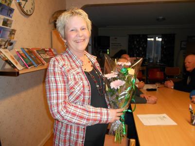 Ellen Viklund får en blomma för sitt tuffa jobb i valberedningen .