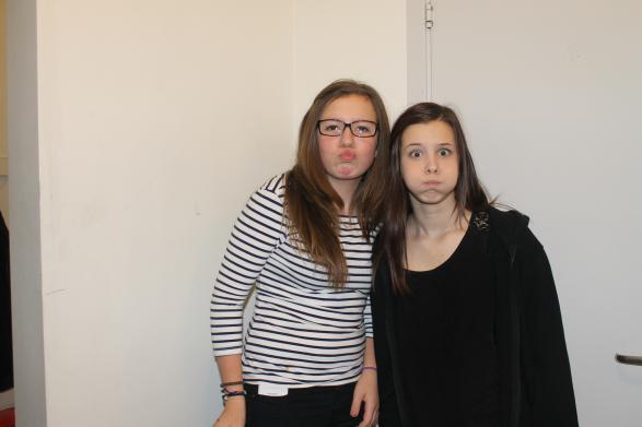 Här är Emilia och Izabella och gör sina fina poser! Man kan ana att de kommer göra succé på praon!