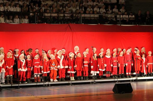 Förskoleklasserna klär sig den traditionella julkostymen och sjunger!
