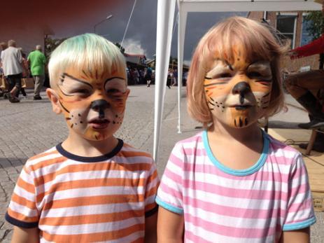 Unga Örna hade målat de båda tvillingarna Albin Olsson och Matilda Olsson som var tre år till två små söta tigerungar.