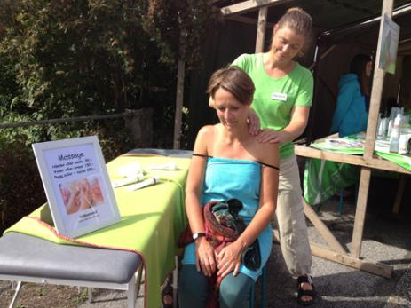 Martina Karlsson gav massage till Lone Wulff som hade kommit från Roskilde i Dansmark för att semestra i sommarstugan i Björkeryd.