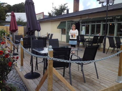 De olika kvällsarrangemangen som Sofia Håkansson satsat på med fin musik och god mat har slagit väl ut och det är mycket roligt att även Hobyborna hittar hit, tycker Sofia. I sommar har den väl tilltagna uteserveringen kommit väl till pass.