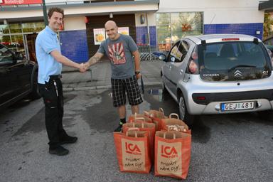 ICA Näras chef, Calle Prammefors och Christoffer Fredriksson tackar varandra för ett väl genomfört kundvagnsrace.
