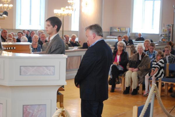 Håkan Dahlén assisterar eleven Jonatan Sundkvist