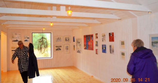 Kethy Bjesse t.v. hälsar alla väkommen till Millenium Art Gallery och bjuder på dryck och coronainpackde kakor...