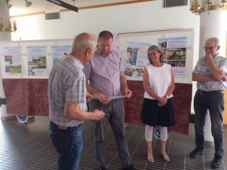 Kommunalrådet Roger Fredriksson fick en egen tågbiljett av Peter Dacke som han sedan själv klippte. Både Roger, Ola Pagels och landsbygdsutvecklaren Ebon Kaisajuntti höll tal när utställningen invigdes.