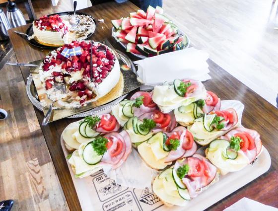 Goda smörgåsar och efter det jordgubbstårta.