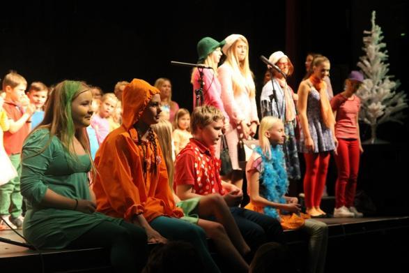 Alla på scenen sjunger med.