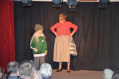 Klara Dahlin och Ellinor Andersson spelar med stor inlevelse de båda omtyckta karaktärerna Lill-Elliott och Ulla.