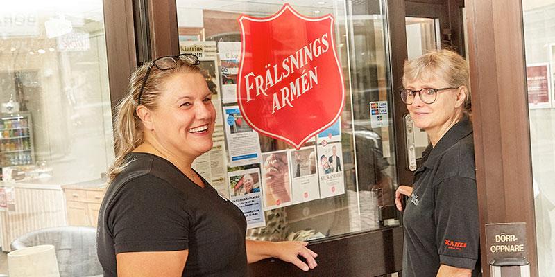 Kaffe som gör gott. Till Frälsningsarmén Café Källan är alla välkomna, hälsar Marie Blomberg och Gunilla Trygg.