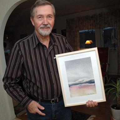 Arvo Broström med en av sina tavlor. Bilden tagen i februari 2008 inför hans första utställning på Galleri Odinslund i Bollebygd.