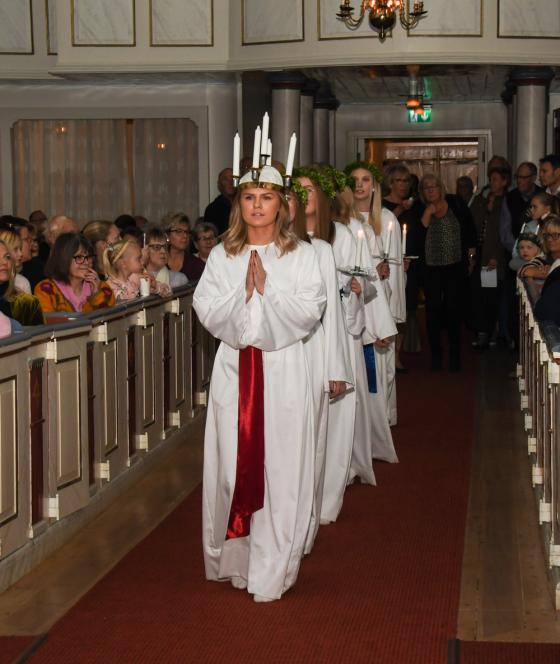 Lucian Tilda Persson med tärnor på väg fram i kyrkan till sin kröning.