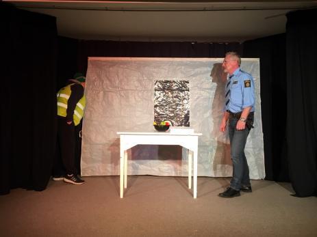 Stig Augustsson är ny skådespelare i ensemblen och har aldrig tidigare stått på scen. Men trots detta är han en duktig skådespelare och levererar flera roliga gubbar.