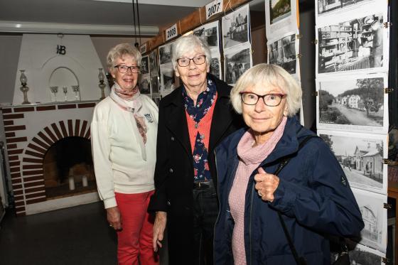 Barbro Andersson visade Boråsarna Evy Flodin och Sigrid Kühn runt bland utställningsbilderna.
