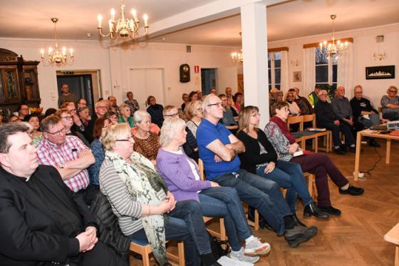 Fullsatt i församlingshemmet när kyrkan bjöd in till informationsmötet.