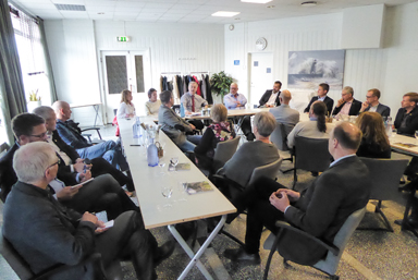 Här i en av Herrljungahotellets konferenssalar träffade Sven-Erik Bucht kommunpolitiker och näringslivstjänstemän från Vårgårdas- Bollebygds- och Herrljungas kommuner.