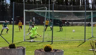 Bollen in i målet. Anton Wall gjorde 2-0 till Hestrafors efter 60 minuters spel.
