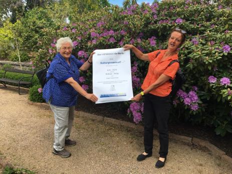 Erika von Buxhoeveden och Aline Nysingh håller upp affischen till de nya \