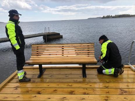 Snickarlaget har byggt en bänk som ska stå vid havet i Saxemara där besökaren kan sitta och njuta av havsutsikten.