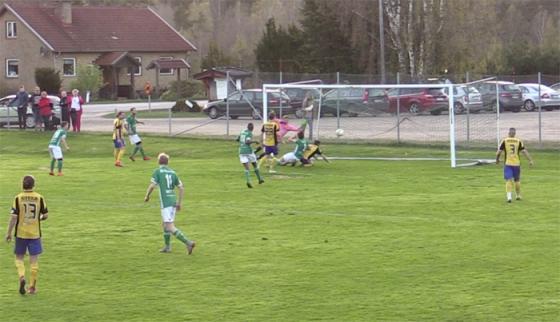 Här gör Lukas Hermansson 3-1 till hemmalaget Hestrafors IF.
