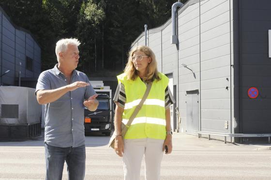 Tomas Grönesjön informerar LO:s vice ordförande om Flügger Färg.