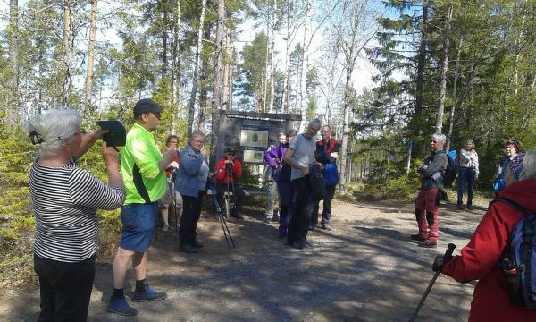 STFs Tommy Söderholm (i grönt) berättar om dagens vandring