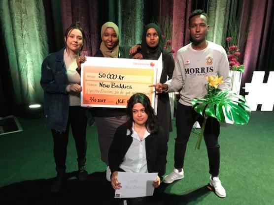 Lyckliga vinnare i New Buddies uf, fr v Mariam Kakhi, Maida Ali, Fardowsa Iid, Mohamed Abdullahi och sittande Bahar Arman. På bilden saknas Mustafa Mohamed.