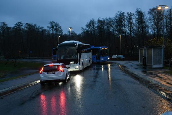 Någon kom i sista minuten. Med en smart parkering framför bussen hann alla med.