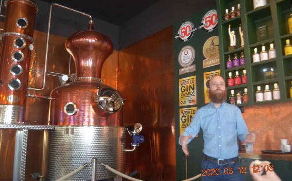 Johan Wester berättar kunnigt om gin