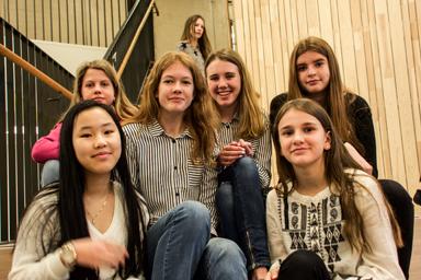 De här tjejerna var helt överens om att den nya skolan är jättefin.