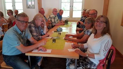<span>Vid bordet sitter ett gäng koncentrerade medlemmar som lyssnar på musiken och frågorna som Göran Nyström ställer. Sedan gällde det att skriva rätt svar.</span>