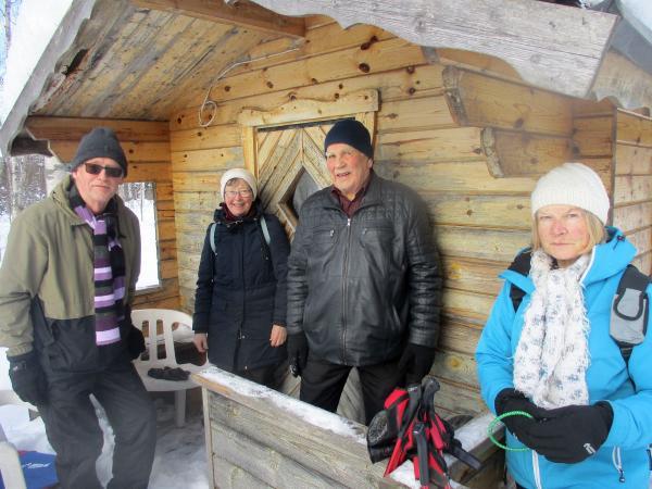 Vi fikade vid John Lundströms stuga i skogen