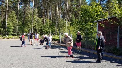 <span>Några av Väringbygdens seniorer i full aktivitet vid boulebanan i Väring där boulespel pågår hela sommaren. Inget sommaruppehåll här inte.</span>