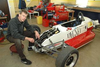 Håkan Olausson vid en av de bilar som han servar under tävlingssäsongen.